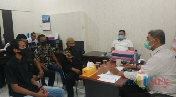 Ketua PSNU PN Tulungagung, Suwito (berpeci) dan korban pemukulan saat di Polda Jatim (ist)