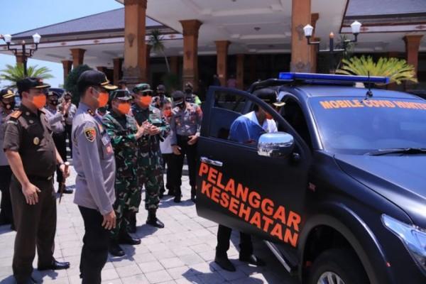 Peluncuran Mobile Covid Hunter di depan Pendopo Ronggo Djoemeno