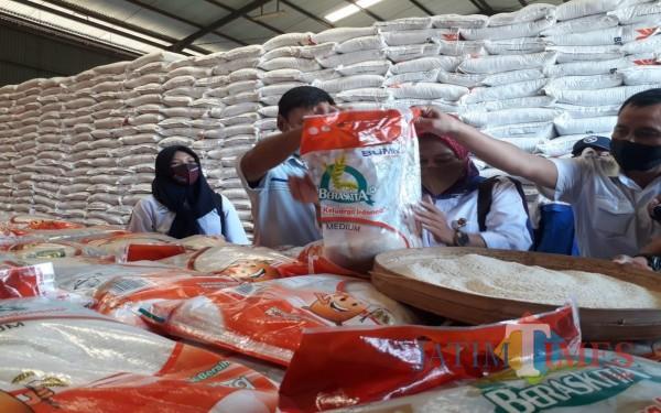Pengecekan beras bansos di gudang Bulog Jombang. (Foto: Adi Rosul / JombangTIMES)