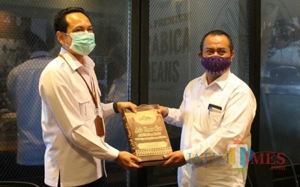 Plt Kepala Disperdagin Kota Kediri Nur Muhyar menggelar bincang santai bersama pelaku usaha kota Kediri. (foto : istimewa)
