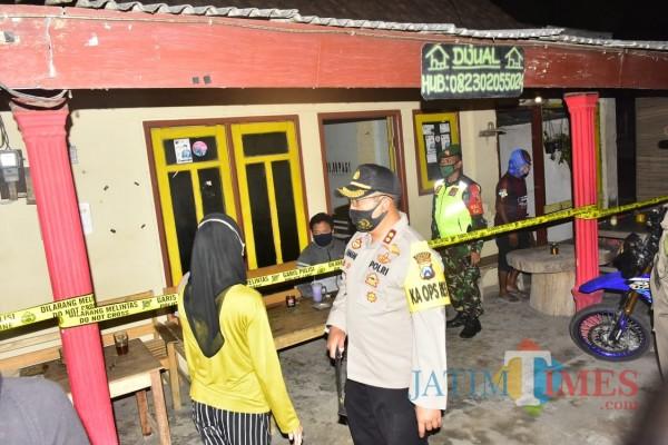 Polisi memasang police line di salah satu warung kopi karena langgar protokol kesehatan.(Foto : Aunur Rofiq/BlitarTIMES)