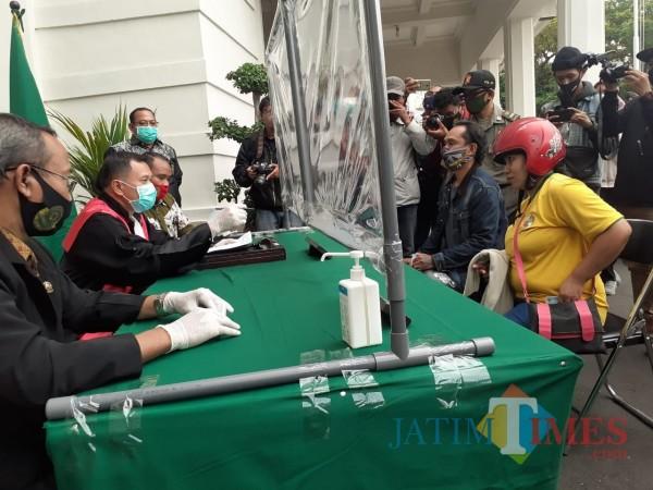 Warga terjaring operasi dan dikenai sanksi karena tak pakai masker di Kota Malang. (Arifina Cahyanti Firdausi/MalangTIMES).