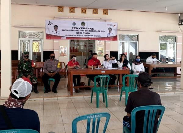 Kepala desa memberikan pengarahan sesaat sebelum proses pencairan  Bansos BLT DD