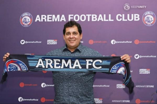 Carlos Oliveira saat dikenalkan manajemen Arema FC sebagai pelatih baru musim 2019/2020 (official Arema FC)