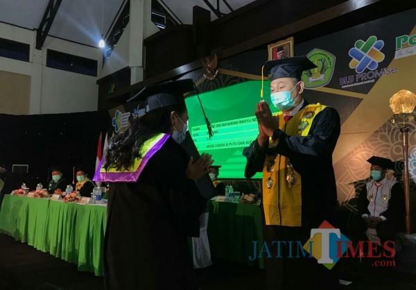 Direktur Polkesma, Budi Susatia SKp MKes saat mewisuda wisudawati. (Foto: Ima/MalangTIMES)