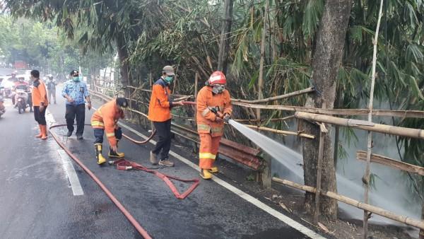 Petugas saat memadamkan api di Jalan Ir Soekarno, Areng Areng Kelurahan Dadaprejo, Kecamatan Junrejo, Kamis (17/9/2020). (Foto: istimewa)
