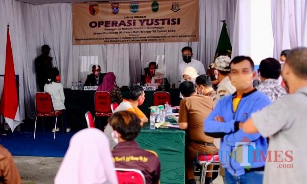 Suasana dalam pos Operasi Yustisi di Alun-Alun Kota Batu, Kamis (17/9/2020). (Foto: Irsya Richa/MalangTIMES)