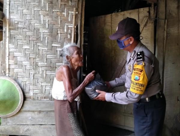 Aida Aman Subagio saat memberikan sembako kepada nenek Warsilah 73 tahun