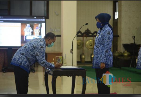 Bupati Faida menyerahkan SK kenaikan pangkat yang ditandatangani oleh ASN.