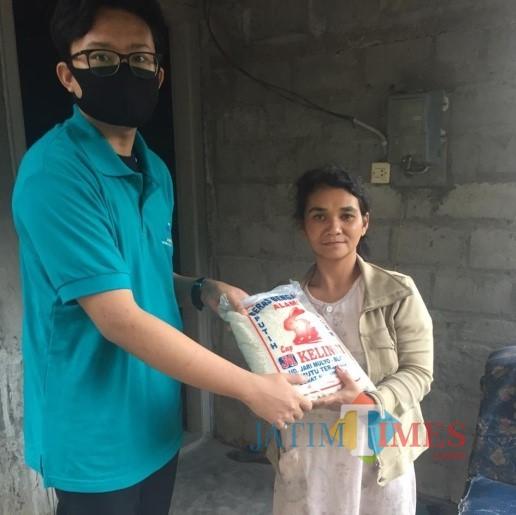 Hanafiyan, mahasiswa PKM Unisba Blitar, membagikan sembako kepada warga terdampak covid-19.