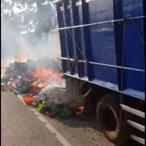 Truk Bermuatan Rongsokan Terbakar di Jalan Raya Jombang, Sopir Selamat