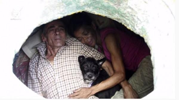 Pasangan suami istri tinggal di gorong-gorong (Foto: YouTube Daftar Populer)