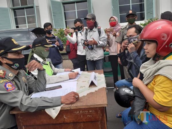 Warga melanggar protokol kesehatan Covid-19 dengan tak pakai masker yang terjaring operasi yustisi di Kota Malang. (Arifina Cahyanti Firdausi/MalangTIMES).