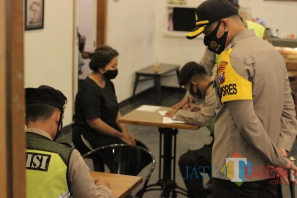 Petugas gabungan di Kota Blitar saat melaksanakan operasi yustisi dengan menyasar sejumlah cafe