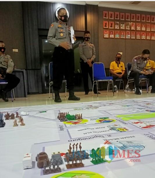 Tactical floor game (TFG) sistem pengamanan kota yang diperagakan Polres Ngawi.