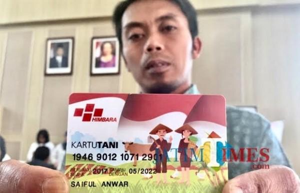 Salah satu petani yang menunjukkan kartu tani di Balai Kota Among Tani. (Foto: Irsya Richa/MalangTIMES)