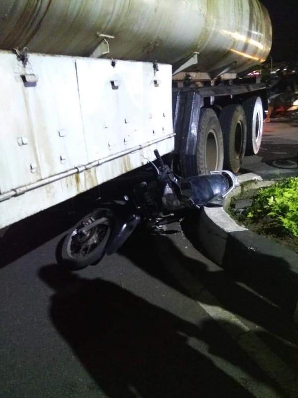 Terlihat kondisi motor korban yang dilintasi oleh truk tangki (Ist)