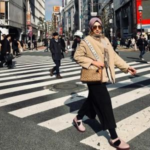 Gaya Hijab Street Style Bella Tamimi Kece Banget, Ini 5 Contekan Outfitnya