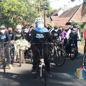Ke Malang, Gubernur Jatim Gowes Bareng dan Bagi Masker ke Warga