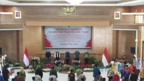 Gubernur Jawa Timur Khofifah Indar Parawansa (tengah) saat datang dalam penyerahan bantuan ventilator di Kota Malang (Pipit Anggraeni /MalangTIMES).