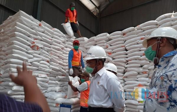 Menko PMK Muhadjir Effendy mengecek beras beras di gudang Bulog Kediri. (eko arif s/Jatimtimes)