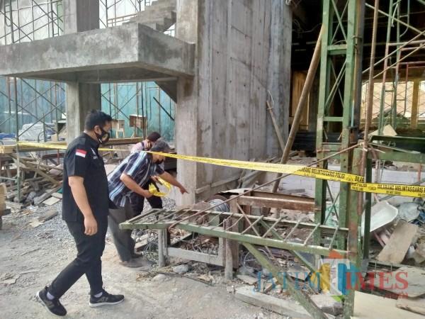 Petugas kepolisian saat memanatu lokasi kejadian lift jatuh yang menewaskan pekerja di RSI UNISMA (doc MalangTIMES)