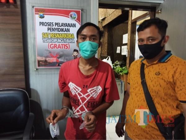 Salah satu tersangka peredaran narkoba jenis sabu (kiri) saat diringkus personel Polsek Jabung (Foto : Polsek Jabung for MalangTIMES)