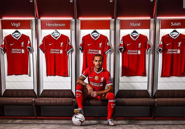Thiago saat menjalani sesi foto dengan Liverpool (Liverpool)