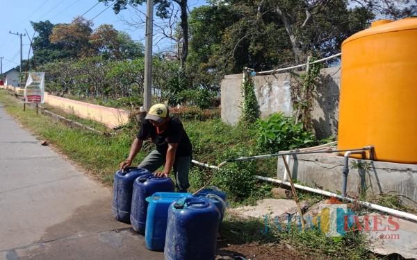 Warga saat mengambil air di sumur bor Pamsimas (Foto: Adi Rosul/ JombangTIMES)