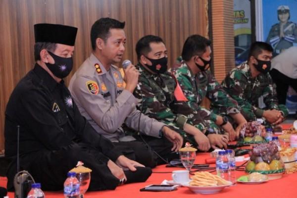 Bagoes bersama tokoh PSHT H Hari Wuryanto. (Foto: Istimewa)
