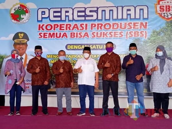 Bupati Blitar Rijanto (baju putih) meresmikan Koperasi SBS 'Kampung Durian Runtuh' (Foto: Aunur Rofiq/BlitarTIMES)