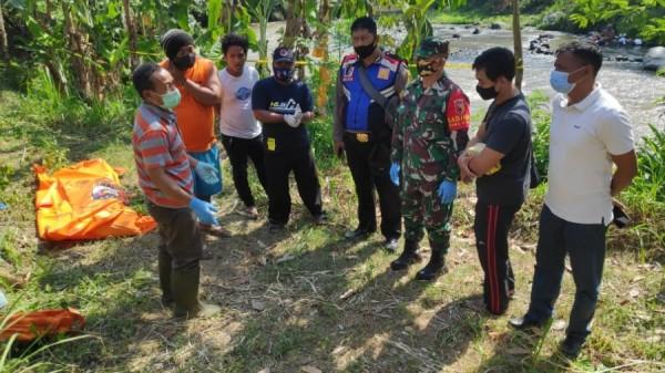 Petugas Polsek Kepung dan Tim Inafis Mapolres Kediri dan dokter Puskesmas setempat ketika melakukan pemeriksaan. (Foto: Ist)