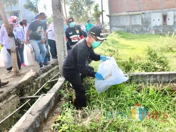Wakil Wali Kota Batu Punjul Santoso saat mengumpulkan sampah di kawasan Desa Pendem, Kecamatan Junrejo, Minggu (20/9/2020). (Foto: Irsya Richa/MalangTIMES)