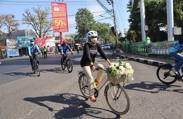 Wali Kota Batu Dewanti saat gowes menggunakan sepeda berkeranjang bunga (Foto: istimewa)