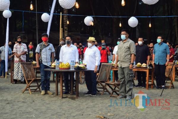 Bupati Blitar Rijanto melaunching  Paket Wisata Olas Kembar Umum di Pantai Serang.(Foto : Malik Naharul/BlitarTIMES)