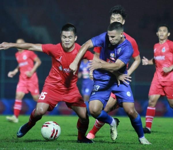 Elias Alderete (kanan) saat berebut bola dengan pemain Sabah FA pada pertandingan pramusim 2020 (official Arema FC)