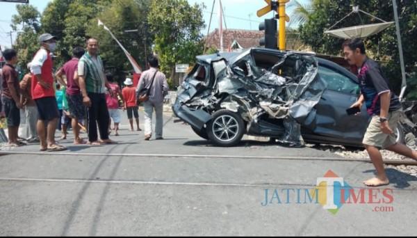 Kecelakaan antara minibus dan KA di Jl. Kolonel Sugiono Kota Blitar dimana terdapat perlintasan KA sebidang