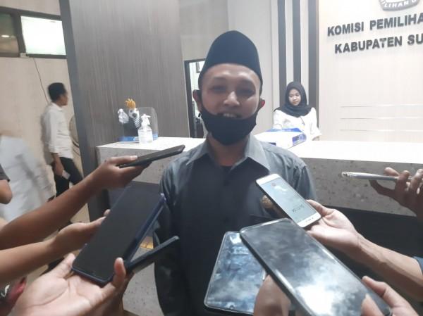 Komisioner KPU Sumenep devisi data, Syaifurrahman saat dikonfirmasi dikantornya (Foto: Syaiful Ramadhani/JatimTIMES)