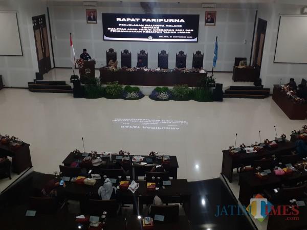 Rapat paripurna di ruang sidang DPRD Kota Malang, Senin (21/9). (Arifina Cahyanti Firdausi/MalangTIMES).