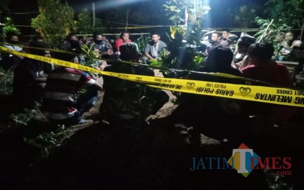 Warga tahlilan di makam Dusun Sumberbeji, Desa Kesamben, Jombang. (Foto : Adi Rosul / JombangTIMES)