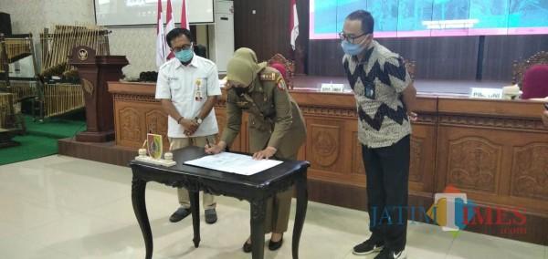 Bupati Jember dr. Faida MMR saat menandatangani MoU dengan Pupuk Kaltim dan Bank BNI (foto : Moh. Ali Makrus / Jatim TIMES)