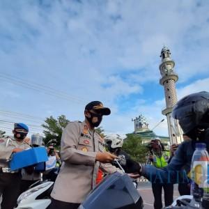 Meriahkan HUT Lantas Ke- 65, Polresta Kediri Bagikan 2 Juta Masker