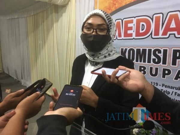 Ketua KPU Kabupaten Malang, Anis Suhartini saat ditemui awak media di Kantor KPU Kabupaten Malang beberapa waktu lalu. (Foto: Ashaq Lupito/MalangTimes)
