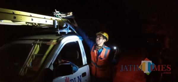 Petugas tunjukan layang-layang yang baru saja dievakuasi dari kabel listrik (Joko Pramono/Jatim TIMES)