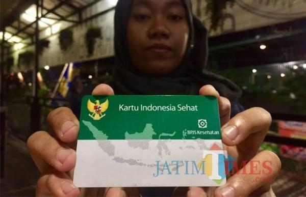 Salah satu warga memegang kartu BPJS Kesehatan. (Foto: Irsya Richa/MalangTIMES)