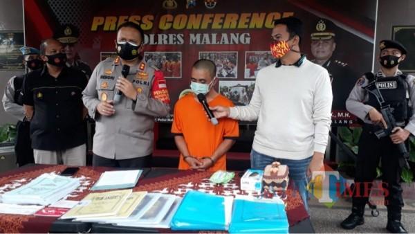 Tersangka Gaguk Setiawan (baju tahanan warna oranye) saat sesi rilis di halaman loby Polres Malang
