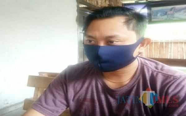 Ahmad Rijal, mantan pegawai koperasi saat mengisahkan pengalamannya / Foto : Anang Basso / Tulungagung TIMES