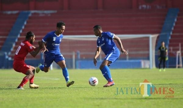 Laga uji coba Persik Kediri melawan Martapura FC di stadion Brawijaya. (ist)