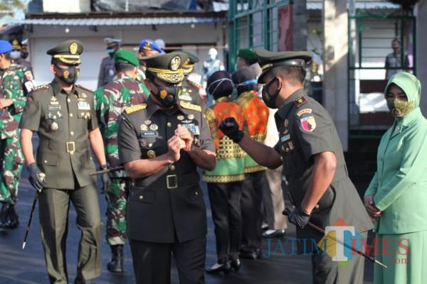 Pangdam V/Brw tiba di makam Bung Karno dalam rangka ziarah nasional HUT TNI ke-75
