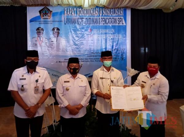 Penandatanganan naskah MoU antara Dispendukcapil Kab Blitar dengan Pemdes Sanankulon.(Foto : Aunur Rofiq/BlitarTIMES)